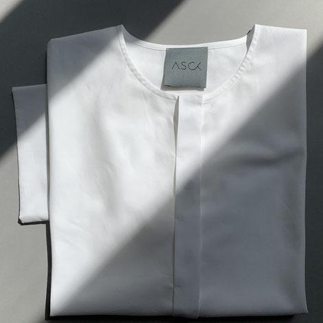 ASCK Bluse aus weißem Baumwoll-Popeline aus kontrolliert biologischen Anbau gefertigt. Der Stoff ist GOTS-zertifiziert.