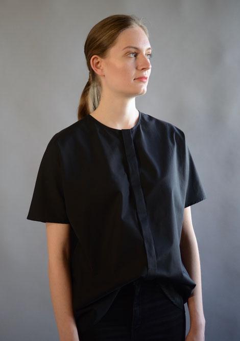 ASCK Bluse N°01 aus schwarzem Baumwoll-Popeline Stoff aus kontrolliert biologischen Anbau gefertigt.