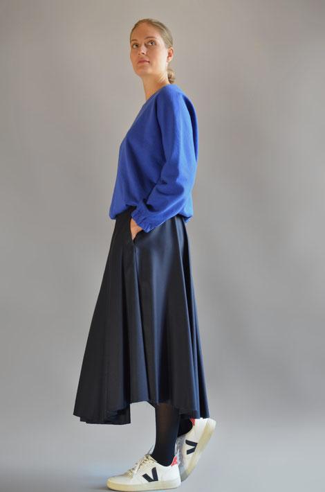 ASCK Sweatshirt N° 02 cobalt blue ist leicht versitze geschnitten. Der Baumwollstoff ist aus kontrolliertbiologischen Anbau (kbA) und GOTS-zertifiziert. Handmade in Germany.