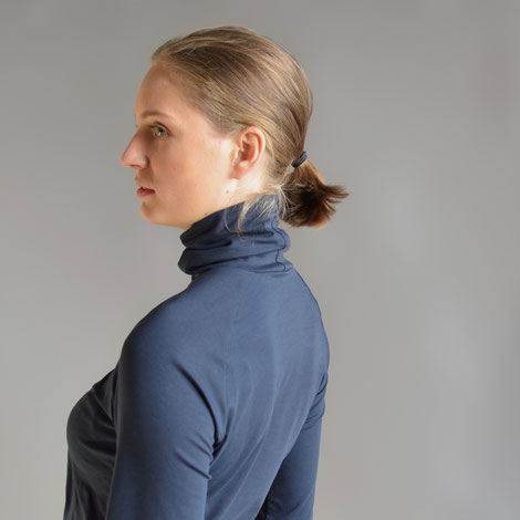 ASCK Shirt N° 03 dunkelblauer Rollkragenpullover aus feinem anschmiegsamen Baumwoll-Jersey aus kontrolliert biologischer Baumwolle mit 3 % Elasthan, GOTS-zertifiziert.