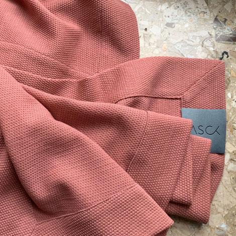 ASCK Tuch N° 01 aus roséfarbenen Wollstoff aus kontrolliert biologischer Tierhaltung mit leichter Struktur, GOTS-zertifizierter Wollstoff.