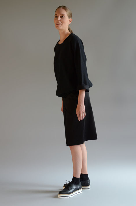 ASCK schwarzes Sweatshirt aus GOTS-zertifizierten und gerippten Baumwoll-Interlock-Jersey gefertigt.