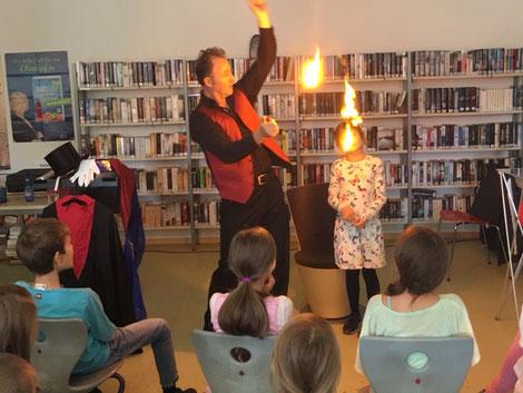 Zaubertricks für Kinder! Zaubern lernen mit dem Zauberkurs für Kinder ist sehr wertvoll und eine solide Basis. Zaubertricks für Kinder wird Sie wundern! Zaubertricks für Anfänger und Fortgeschrittene in der zauberschule von Magic Oli Wonder buchen.