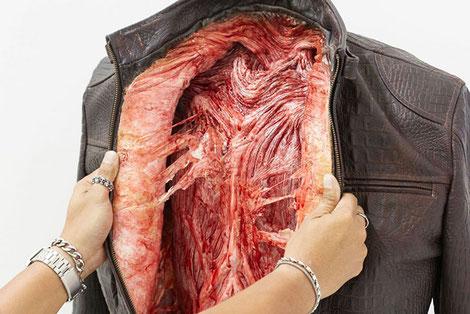 Interior una chaqueta que simula que en su interior hay un corazón.