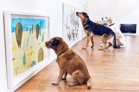 Perros observando arte.