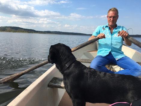Angler mit Hund auf dem Westensee