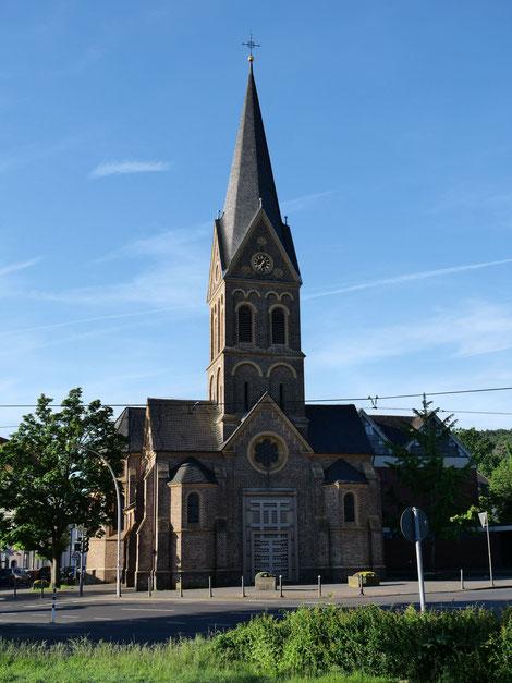 Kirche St. Quirin in Dottendorf. Turmhöhe 36 m