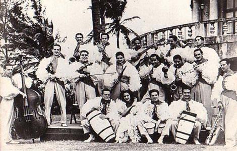 Orq. Osvaldo Estivil - 1941.  Sentados: Izq. Tito Gómez, Roberto Faz con Bongó.