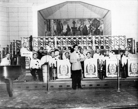 Orquesta Don Nacho, tercero de izquierda a derecha Charlie Figueroa sentado al pie de la tumbadora, década del 40.