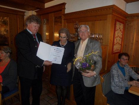 Kon. Gerhard Fitzinger gratuliert Chorleiter Werner Karl