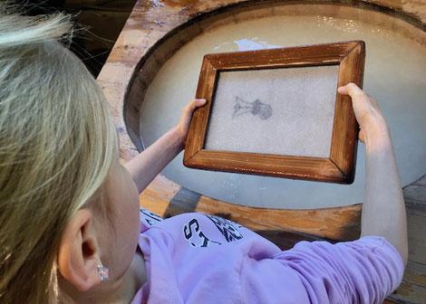 Kind beim Papierschöpfen, Wasserzeichen