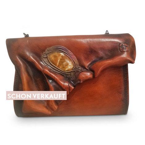 Dekorative Mineralien in der Mode: Schultertasche aus echtem Rindsleder in Cognac-Tönen mit eingearbeitetem Edelstein.