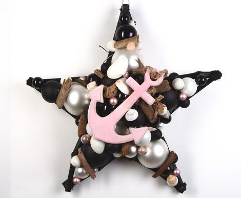 Stern als Wandschmuck aus schwarz - weiß - rosa Glaskugeln mit Treibholz und Anker.
