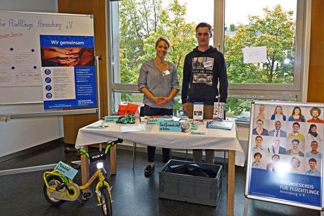 Der Freundeskreis für Flüchtlinge Ahrensburg e.V. informiert bei der Ehrenamtsmesse der Engagierten Stadt im Peter-Rantzau-Haus interessierte Mitbürger.