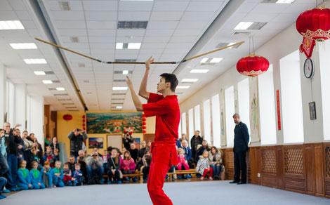 Черненко Никита выполняет форму с трехзвенной палкой