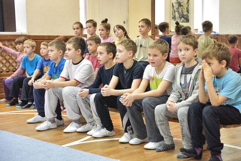 Дети ждут своего выхода и здорово волнуются