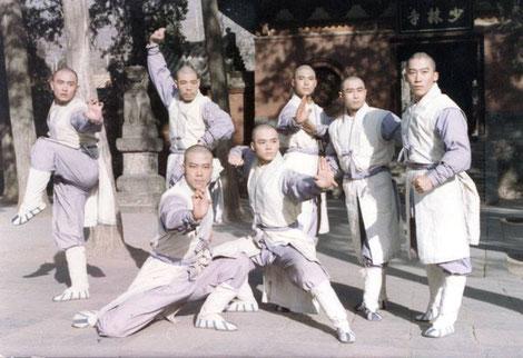 Мастер Му Юйчунь (второй справа) с коллегами-актерами