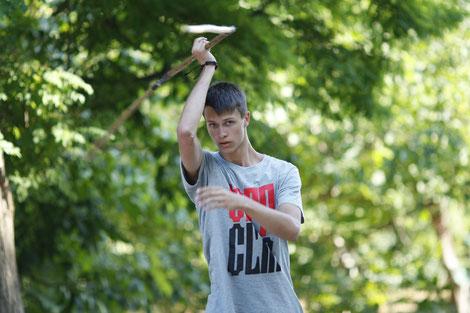 Черненко Никита изучает форму с трехзвенной палкой