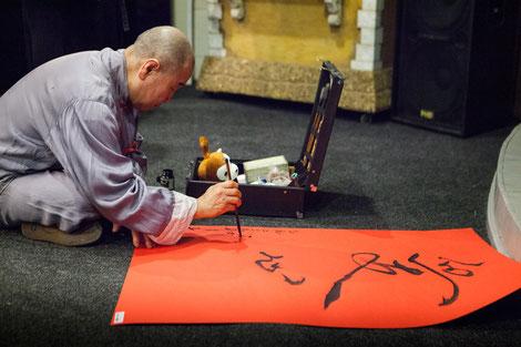 Мастер демонстрирует искусство каллиграфии