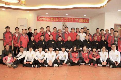 Мастер Му Юйчунь со своим братом по ушу Пан Сюй Чжи и его учениками во время своей поездки в Шеньчжень, 2014 г.