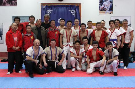 Мастер Му Юйчунь со своими учениками в школе борьбы Ван Тунчина