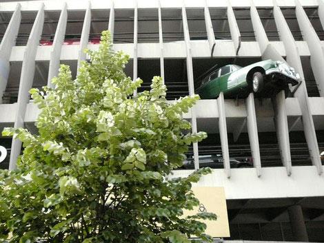 Le parking Victor Hugo et sa voiture qui dépasse