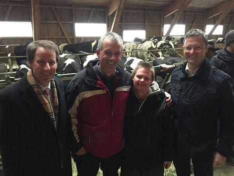 Gadäfäscht im Milchbrunnen: mit Thomas Aeschi, Walti Odermatt, Angelo (und ein paar Kühen im Hintergrund...)
