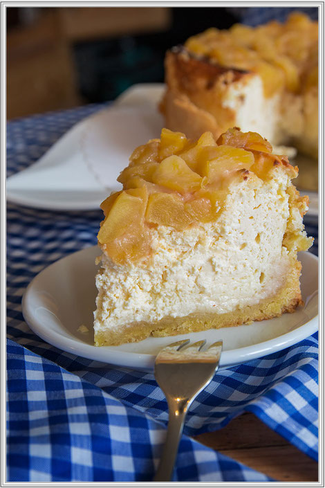 kleiner-apfel-kaese-marzipan-kuchen-karamell-topping-stueck-hochkant-blog-rezept © mjpics