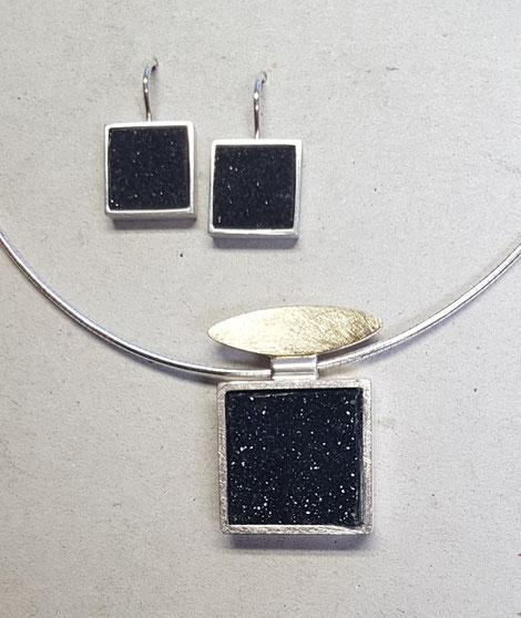 Ohrschmuck und Anhänger aus Silber mit kristaliesertem Onyx