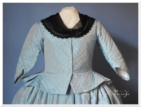 Quiltjacke aus blauer Seide, angelehnt an verschiedene erhaltene Origninale und Gemälde.