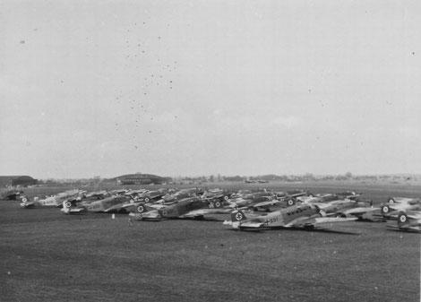 Abb. 3: Aufstellung der III./LG 1 am 27.05.1938 auf dem Rollfeld anläßlich der Vorbereitung des Abfluges zum Staatsbesuch nach Jugoslawien. Im Hintergrund Halle 3A, Startgebäude mit Bildstelle sowie Halle 3B. Quelle: Archiv Stubbe