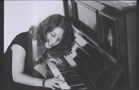 Eva Sindichakis. Pianistin, Komponistin, Musikwissenschaftlerin, Musikpädagogin.