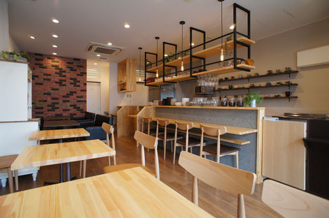 明るく開放的なカフェ