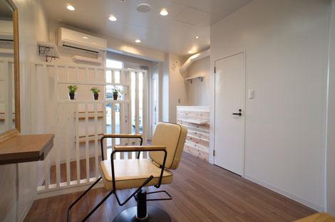 ナチュラルな木目を生かした明るい美容室。