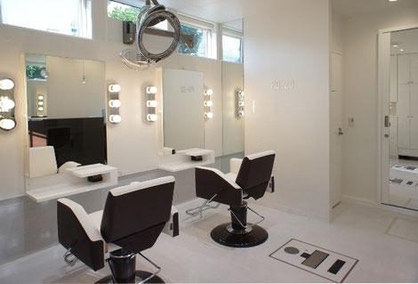 白を基調にシンプルでコンパクトな美容室。