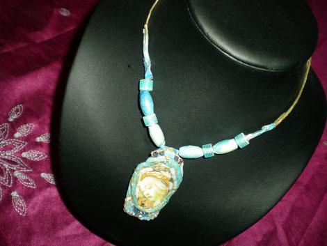 AS 8 - Médaillon bleu à la Vierge