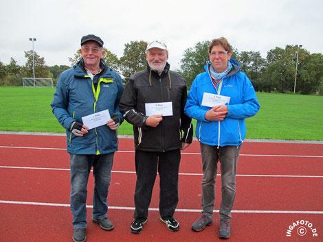 47. Chapeau-Turnier vom 22.10.2016 - (v.l.) Turniersieger Bernd-Rito Sönksen, 2. Platz Hinrich Lesch, 3. Platz Anne Frömling (Schlosspark Boule Husum)