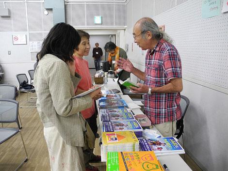 会場で本を販売する名取さん(2014年10月15日 写真・島田興生)