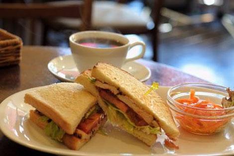 きのことドライトマトのサンドウィッチ、ハーブチキンとアボカドのサンドウィッチなど。ランチでも味わえます。