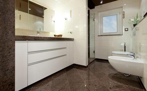 barrierearmes Badezimmer mit Naturstein Laprador Antik und Fliese in kombination mit Glasmosaik