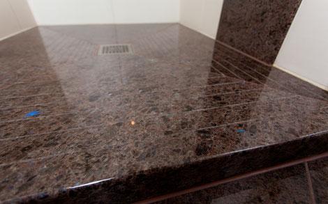 Duschbereich barrierefrei mit Naturstein Laprador Antik-Optik