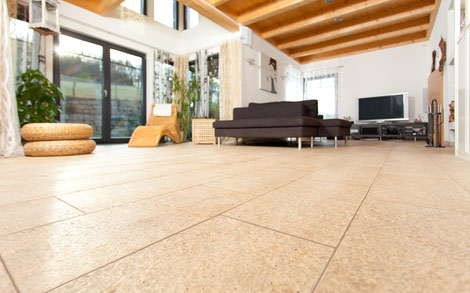 Wohnbereich mit Naturstein Wüstengold mit satinierter Oberfläche