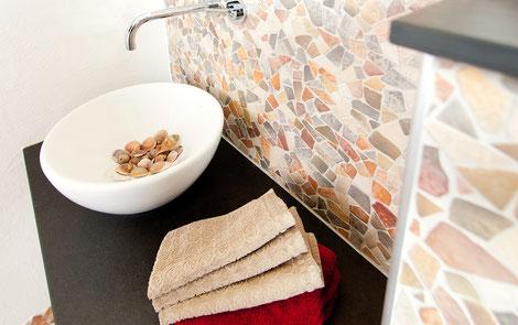 Wandmosaik aus Steinzeug und Ablageflächen aus Naturstein