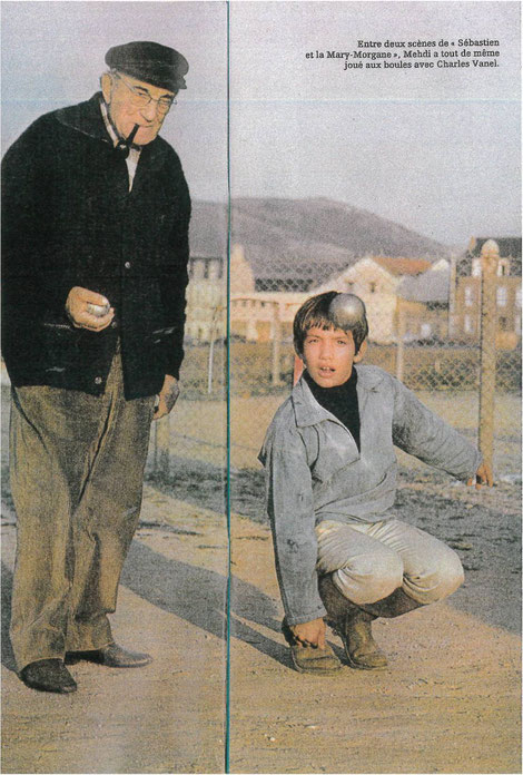 Mehdi et Charles Vanel jouent aux boules sur le tournage de Sébastien et la Mary-Morgane de Cécile Aubry 1970