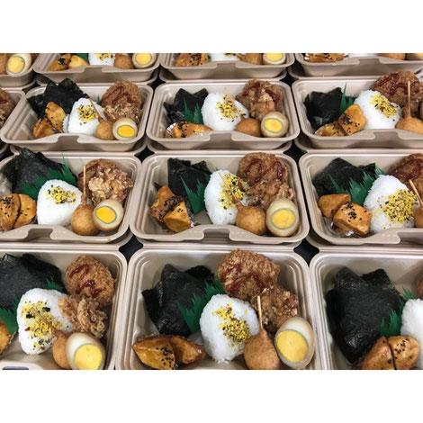 三角おにぎりが2つ から揚げに煮卵などが入ったスポーツの合間に食べやすいお弁当