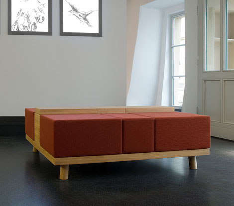 Gepolsterte Sitzmöbel entworfen von formverleih, für das Museum 642 Pössneck.  Die Sitzinseln im Eingangsbereich des Museums befinden sich zwischen Empfangstresen und Garderobe.  Hier soll der Besucher erst einmal ankommen.