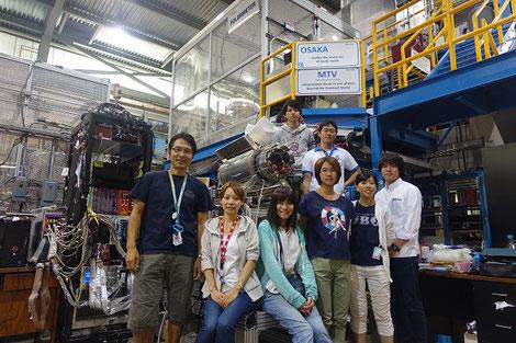 カナダの研究所での実験メンバー(大学院生)のみなさんと。左端が村田先生