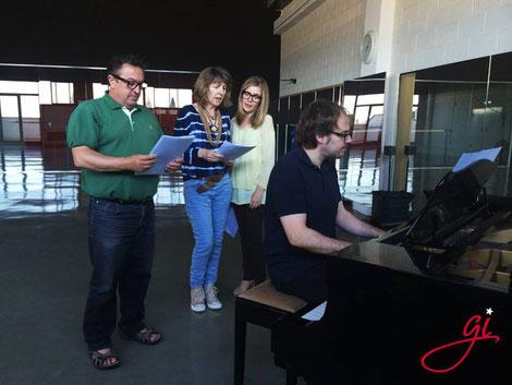 Alumnos en la clase de música con el profesor Albert