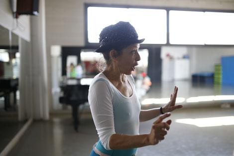 Isabel Millán  - profesora de Broadway impartiendo clase