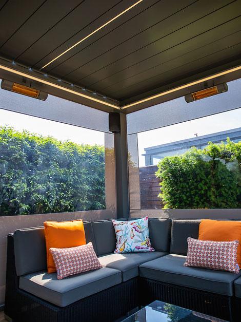 Zwei Einzelne Wärmestrahler für Loungegruppe unter Lamellendach